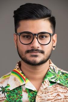 Лицо молодого красивого индийского мужчины, готового к отпуску