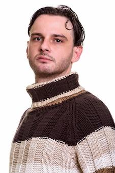 Лицо молодого человека, смотрящего в камеру и готового к зиме
