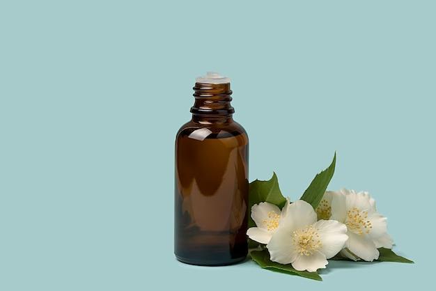 Масло для лица, сыворотка или цветочное масло. натуральная косметика. на синем фоне.