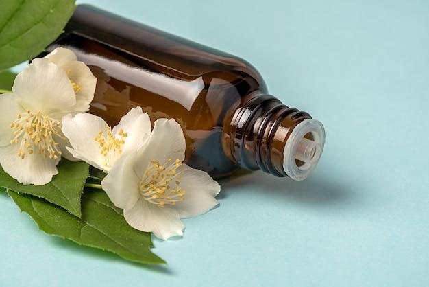 Масло для лица, сыворотка или цветочное масло. белые цветы. натуральная косметика. крупный план.