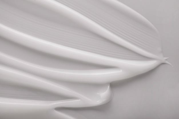 顔またはボディクリームまたはバームの白い背景
