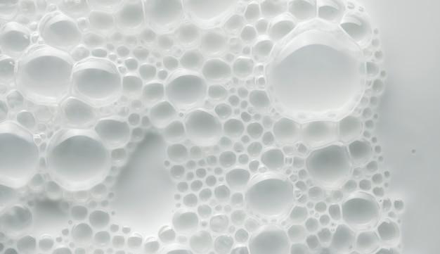 顔または体の乳白色のクリームまたはバームの白い背景