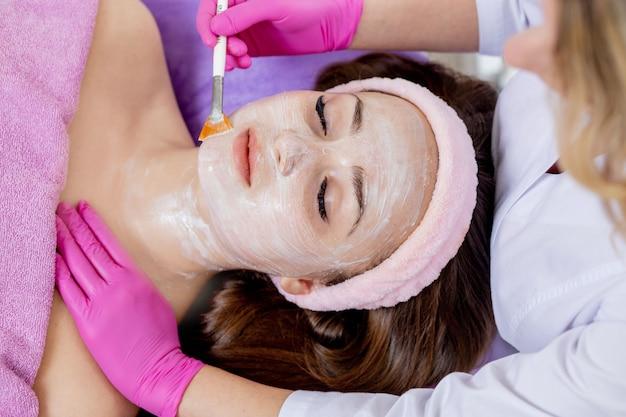 Маска-пилинг для лица, спа-косметические процедуры
