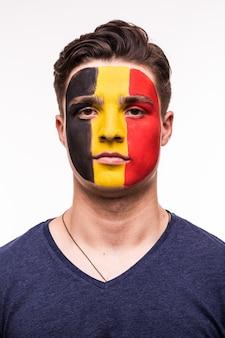 Ritratto del viso di tifoso felice squadra nazionale del belgio con la faccia dipinta isolato su sfondo bianco