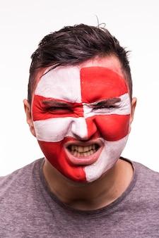 Volto ritratto di tifoso felice supporto croazia squadra nazionale gridare con faccia dipinta isolato su sfondo scuro