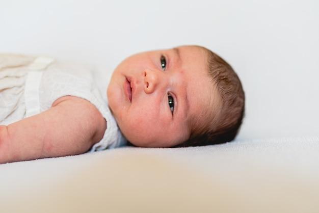 新生児の顔、穏やかでリラックスした肖像画。