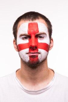 Портрет счастливого болельщика поддерживает сборную англии с раскрашенным лицом на белом фоне