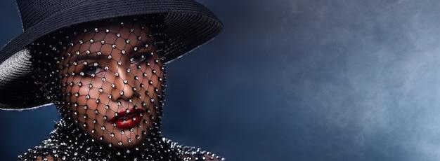 Выстрел в лицо портрет азиатской красивой женщины. девушка украшает голову бриллиантом crystal net над темным дымом фон, пространство для копирования баннера, взгляд крупным планом мода