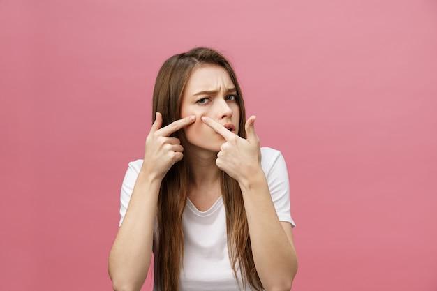 Проблема кожи лица - молодая женщина недовольна прикосновением к ее коже