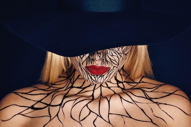 Фасонируйте портрет девушки с faceart и красными губами