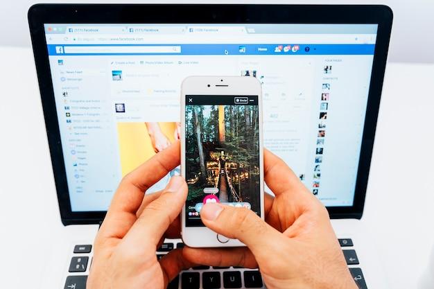 Facebook по телефону и на ноутбуке