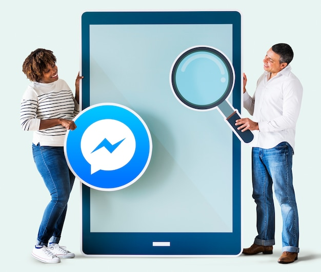 電話でfacebookメッセンジャーを探しているカップル