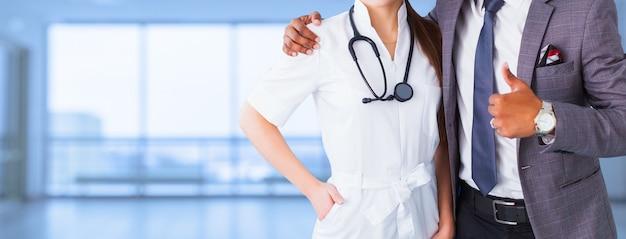 顔のないプロモーションバナー。偽装された医療従事者のカップル、女性看護師またはアジア人医師が画像カバーの宣伝に親指を立てる。薬の広告デザイン
