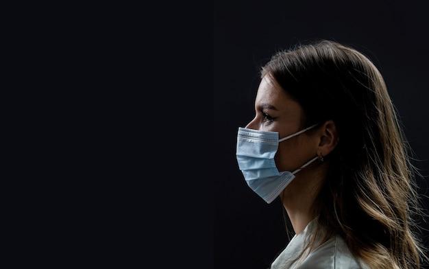 Лица людей в защитных масках от коронавируса. красивая пара на карантине. пара в защитной маске, концепции пандемии и чувств. образ жизни covid-19.