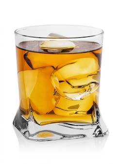 Граненый стакан виски со льдом