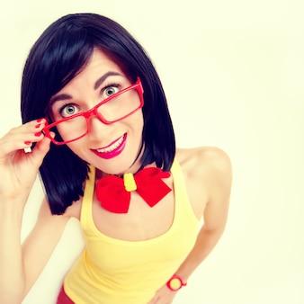 魅力的な幸せな女の子のファシオン面白い肖像画