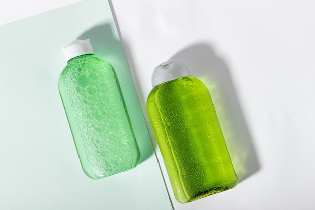 페이셜 클렌저 병. 세안을 위한 로션 또는 미셀라 워터. 녹색 포장의 액체 화장품. 천연 화장품 개념