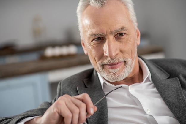 顔の表情。家にいることを脇に見ながら積極性を表現する成熟した男性