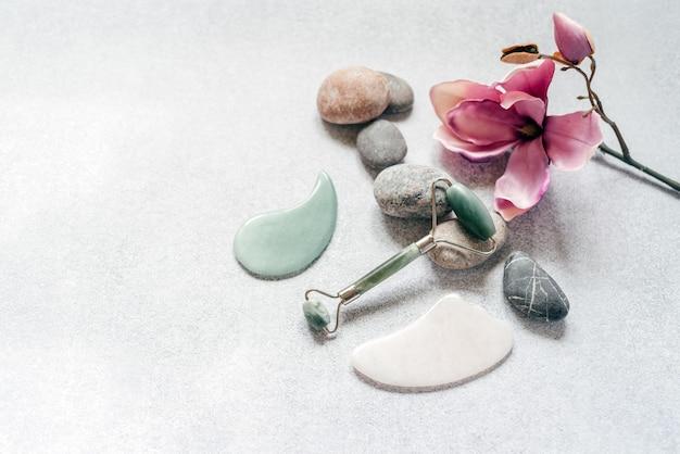 페이셜 마사지 도구 옥 구 아샤 마사지 롤러 및 스크레이퍼, 자갈 돌과 보라색 목련 꽃