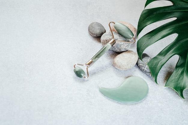 페이셜 마사지 도구 옥 구 아샤 마사지 롤러 및 스크레이퍼, 자갈 돌 및 열대 몬스 테라 잎