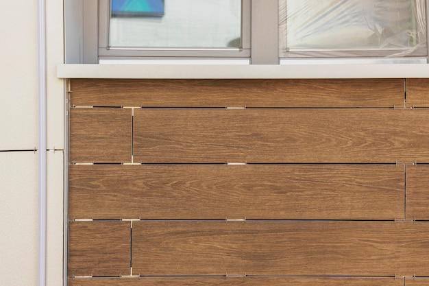 Облицовка здания вентилируемым фасадом. текстура древесины, коричневый образец древесины. фон крупным планом.