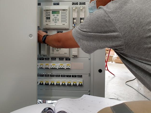 電気制御および保護パネルのすべての機能をチェックする工場検収試験エンジニア