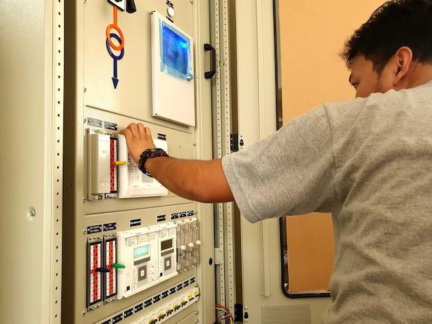 保護パネルの工場検収試験fatエンジニアが保護リレーの設定を再確認