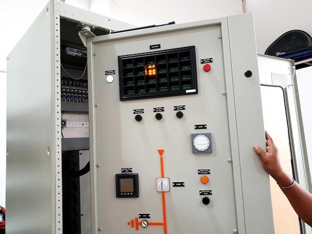 電気制御および保護パネルの工場検収試験