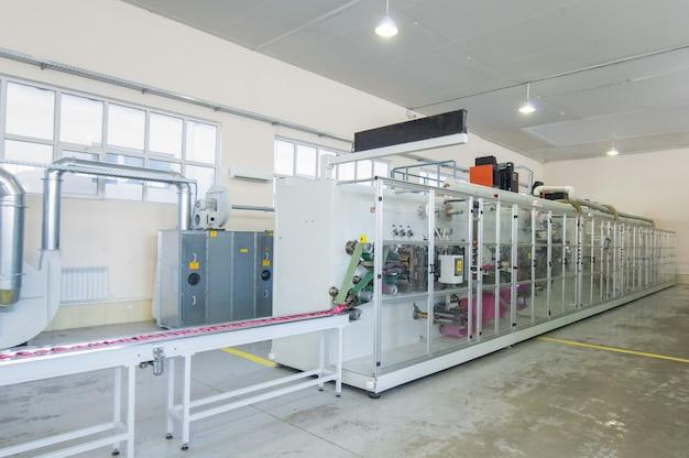 여성용 생리대 생산을 위한 공장 및 장비.