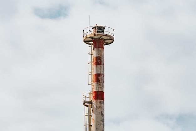 공장 굴뚝 복사 공간, 개념 오염 밝은 하늘 가까이