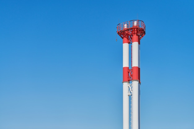 Заводской дымоход, копия пространства. красный и белый. промышленная труба без дыма, вредных выбросов