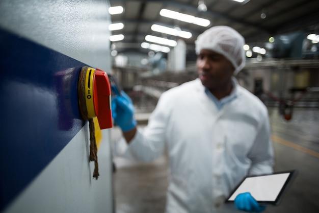 Заводской инженер работает машина на заводе