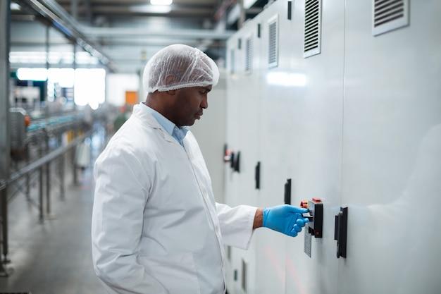 工場で機械を操作する工場エンジニア