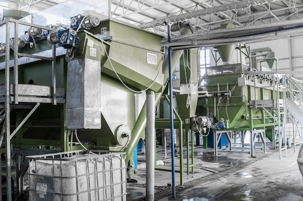 Заводское оборудование по переработке и переработке пластиковых бутылок. завод по переработке пэт
