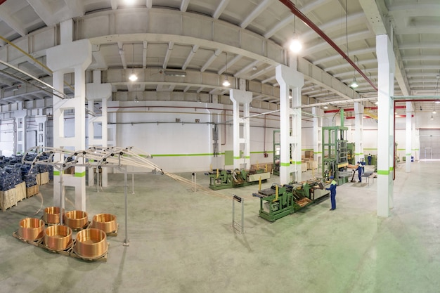 労働者が管理するロールおよび切断からの銅管の展開のための工場設備
