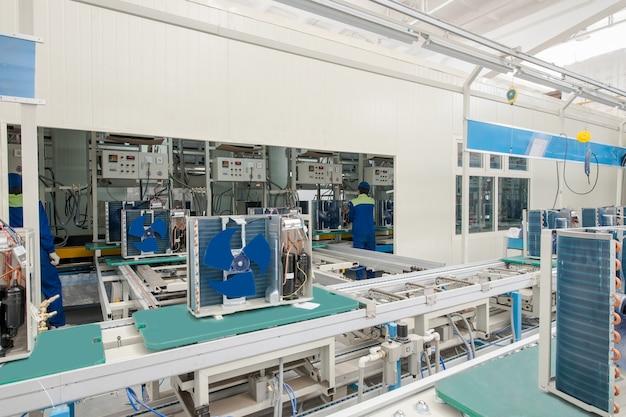 컨베이어 벨트에 가정용 에어컨 생산 및 조립을 위한 공장 현장