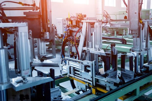 알루미늄 및 pvc 창 및 문 생산 공장. 산업용 장비를 자세히 설명합니다.