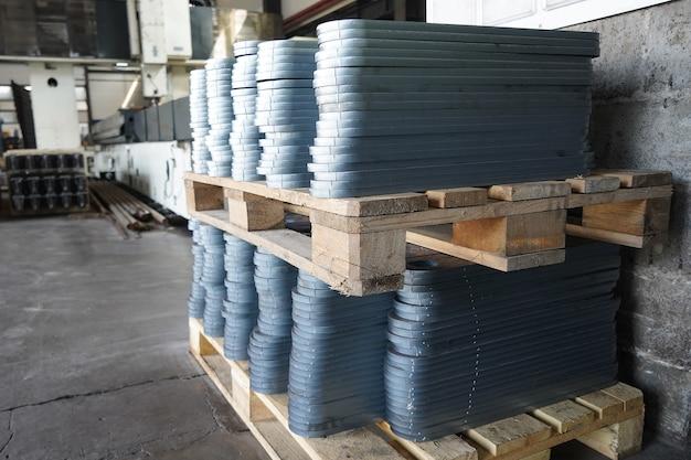 금속 부품, 파이프, 예비 부품 제조 공장을 닫습니다.