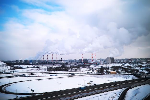 도시에 있는 공장. 도시 풍경. 대도시의 환경오염과 대기의 환경문제