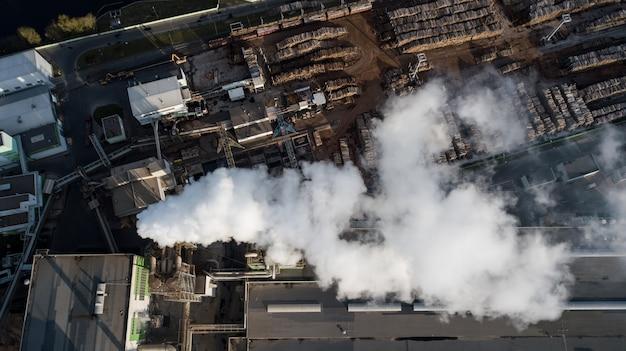 木の処理に関する工場。煙突からの煙。