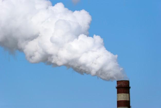 Заводская труба и белое облако загрязнения