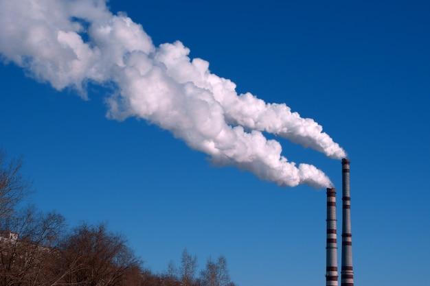 Заводские трубы и белое облако загрязнения