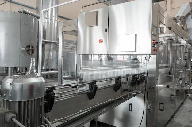 Завод цех по производству стеклянных бутылок и напитков