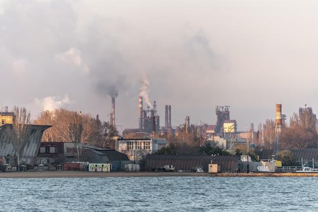 굴뚝에서 대기 오염 연기가있는 공장
