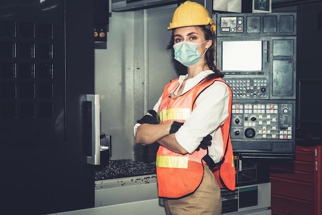 얼굴 마스크가있는 공장 노동자는 코로나 바이러스 covid-19의 발생으로부터 보호