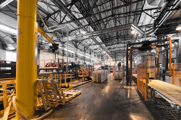 Заводская мастерская интерьера и машин на стеклянной производственной стене