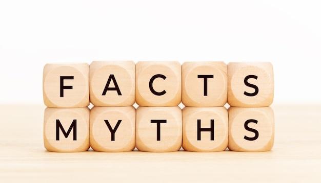 事実神話の概念。テーブルの上のテキストと木製のブロック。
