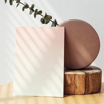 Выцветшая пустая визитка у белой стены