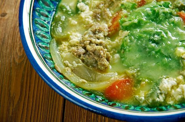 ファフサイエメンシチュー。子羊と子羊のスープでできています。スパイスとホルバ、フェヌグリーク