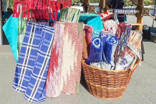 민속 공예품 전시회 오래된 손 베틀로 만든 카페트와 카페트 제품을 판매합니다.